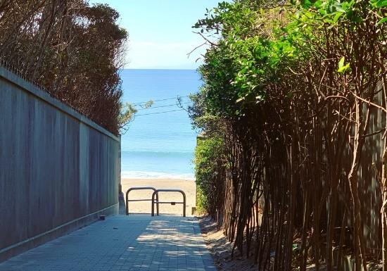 葉山一色海岸へ続く小道