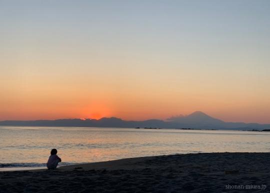 葉山一色海岸から見た夕日