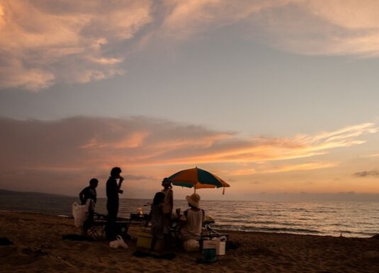 夕焼けの海岸バーベキュー