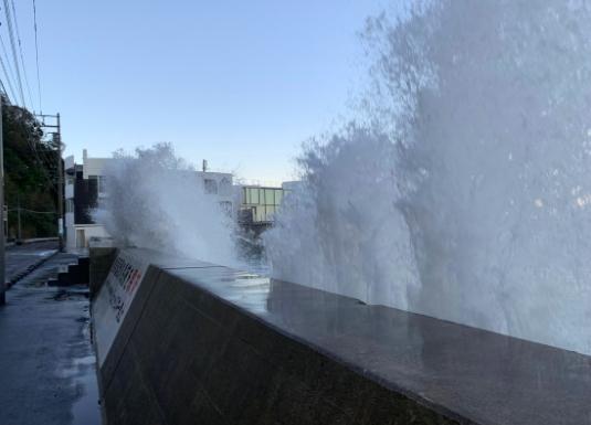 三浦半島に打ち寄せる高波