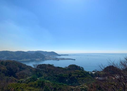 披露山公園から見た葉山の海と山