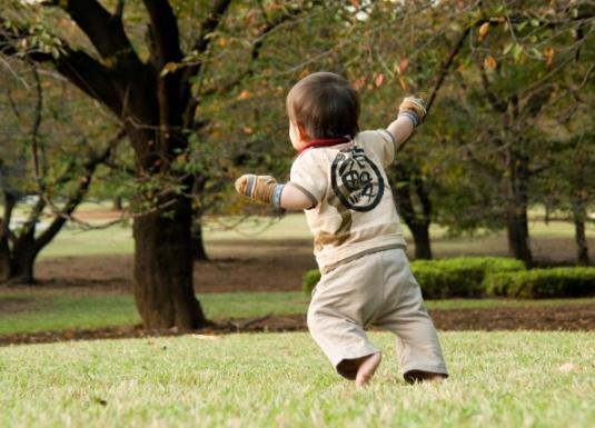 小さな子供が公園で遊ぶ